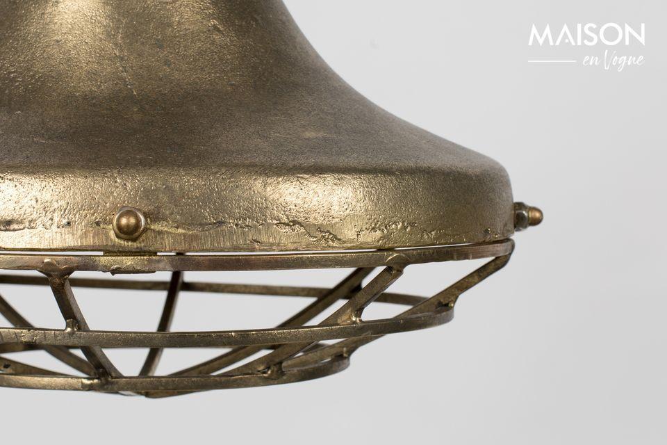 Questa graziosa lampada interpreta l\'assertiva seduttrice con la sua luce in alluminio laccato